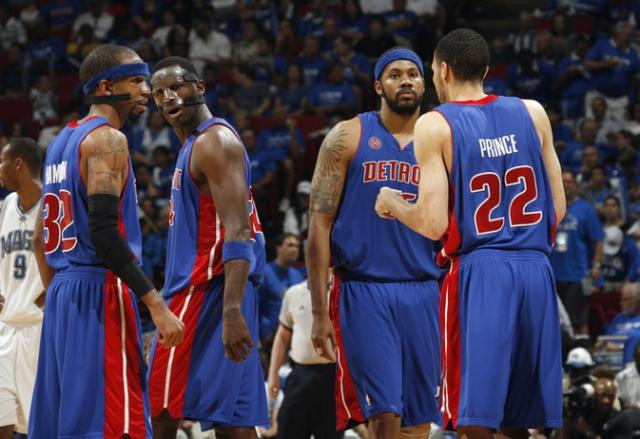 Piston players discuss strategy.jpg