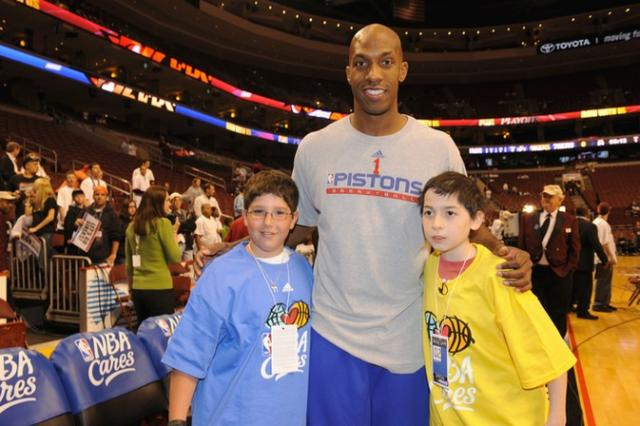 Chauncey Billups takes a photo with two young fans.jpg